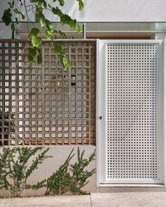 House Roof Design, Facade House, Exterior Wall Design, Interior Exterior, Breeze Block Wall, Small Villa, Narrow House, Cafe Interior Design, Windows And Doors
