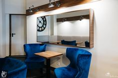 Stoliki kawiarniane i fotele w kawiarni 12 oz w Berlinie