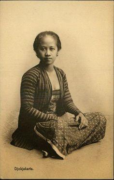 old-indische: Photos of Javanese Woman Vintage Pictures, Old Pictures, Old Photos, Indonesian Women, Indonesian Art, Dutch East Indies, Teen Photography, Javanese, Asian History