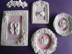 KIT 4 QUADROS + BORDER ESTILO PROVENÇAL, COM MOLDURA E APLIQUES DE RESINA, TECIDO DE ALGODÃO, MEDIDNDO: 19X15, 12X11,13 CM DIÂMETRO, 14X11, PESO PACOTE 900 GR. R$ 110,00 Girl Baby Shower Decorations, Baby Room Decor, Diy And Crafts, Crafts For Kids, Cold Porcelain Flowers, Baby Frame, Shabby Chic Crafts, Diy Letters, Frame Wreath