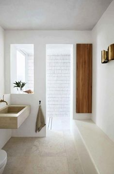 Modernes Badezimmer eines Strandhauses Interior designer Sarah Davison radically overhauled this house on Sydney's Northern Beaches and created a home to suit its location. By Alexandra Gordon. Photographed by Prue Ruscoe Bad Inspiration, Interior Inspiration, Inspiration Boards, Interior Ideas, Minimalist Bathroom, Minimalist Living, Minimalist Decor, Waterfront Homes, Bathroom Interior Design