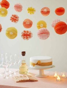 Guirnaldas con pompones de papel para una fiesta - Garlands with paper pompoms for a party