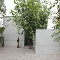 Construído pelo AR Arquitetos na São Paulo, Brazil na data 2012. Imagens do Maíra Acayaba. O atelier é a cidade.  O projeto propõe um exercício na relação interior-exterior e a sua materialização, pela ideia...