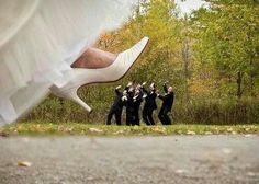 Jeg kan godt lide motivet/ideen hvor bruden træder på manden som et sjov billede (under tøflen)