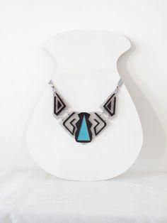 Colar gola confeccionado em acrílico e pintura artesanal. Acabamento com fita de cetim prata e metais R$157,00