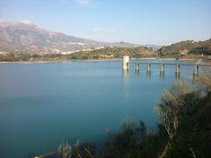 Pantano de la Viñuela en la Axarquía malagueña. Un lugar ideal para un día de picnic!