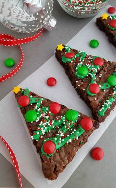 Christmas Tree Brownies - festive brownies for Christmas table! christmas food Christmas Tree Brownies - In The Playroom Christmas Party Food, Xmas Food, Christmas Cupcakes, Christmas Sweets, Christmas Cooking, Noel Christmas, Christmas Goodies, Christmas Candy, Christmas Baking For Kids