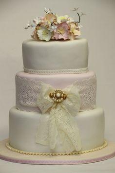 sweet vintage wedding cake!!