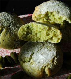 Amaretti fondants amande-pistache - Only Ring! Biscuit Cookies, Cupcake Cookies, Pistachio Recipes, Food Tags, Macarons, Food Videos, Food Inspiration, Sweet Recipes, Cookie Recipes