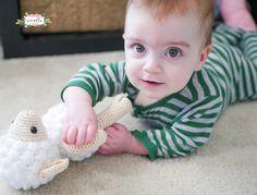 Little Crochet Lamb Crochet Stitches, Crochet Patterns, I Am Alone, Amigurumi Toys, Stuffed Toys Patterns, Crochet Toys, Happy Holidays, Kids Toys, Super Cute
