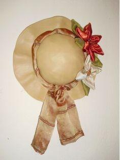 Χειροποίητο καπέλο από πηλό σε μπεζ χρώμα με υφασμάτινα λουλούδια