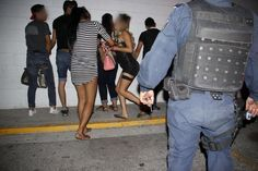 Sorprendió a su pareja besándose con otro en bar El Closet de Juárez y acaba en pelea campal y 15 detenidos | El Puntero