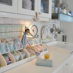 Beautiful cottage kitchen from Anke at _lelofee_ on IG. Shabby Chic Farmhouse, Shabby Chic Kitchen, Vintage Kitchen Decor, Retro Home Decor, Vintage Decor, Diy Home Decor, Rainbow Kitchen, Deco Retro, Pastel Room