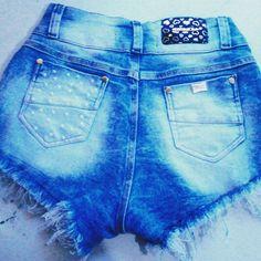 Short jeans customizado com pérolas e presilhas. ✂