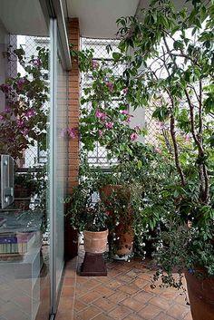 Sua varanda é minúscula? Encha-a de plantas! Esta foi a solução da paisagista Sylvia Ribeiro da Luz, da Topiara Paisagismo, para este ambiente com apenas 1,5 metro de largura. Ela apostou em vasos altos com rodízios nas bases