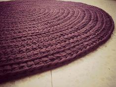 שטיח סרוג בעבודת יד  מחוטי טריקו בגוון אחיד של סגול חציל עשיר קוטר 1.1 מ' ניתן להגדיל את השטיח לפי בקשה לכל גודל אחר בתוספת תשלום.