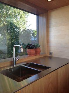 Bench contrasting with timber grain veneer
