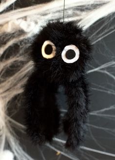 Fuzzy spider tutorial - Hang it up for a spooky Halloween decoration!