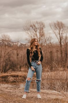 New Fashion Photography Poses Outdoors Outfit Photo Ideas Ideas Senior Girl Photography, Senior Portraits Girl, Senior Photos Girls, Portrait Photography Poses, Girl Photography Poses, Outdoor Senior Pictures, Senior Pics, Senior Year, Senior Photo Outfits