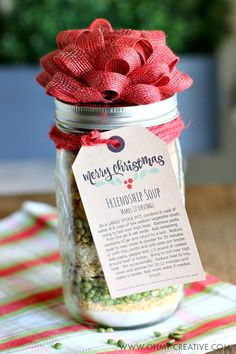 Friendship Soup In A Jar Gift Edible gifts create a perfect personal touch for gift giving during the holiday season. This Soup in a Jar Gift makes a great gift for friends and neighbors Mason Jar Gifts For Christmas, Christmas Soup, Edible Christmas Gifts, Inexpensive Christmas Gifts, Neighbor Christmas Gifts, Christmas Crafts To Make, Christmas Gifts For Friends, Edible Gifts, Neighbor Gifts