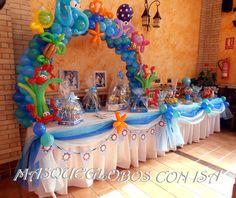 Mesa decorada con Arco de globos dedicada al mar.