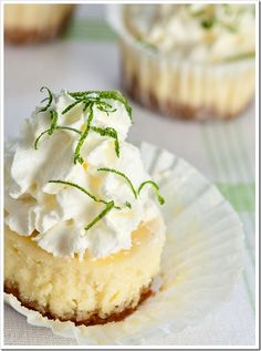 Mini cheesecakes are always so cute and adorable, as these Key Lime Cheesecake Minis with Macadamia Graham Cracker Crusts. Yummy Treats, Sweet Treats, Yummy Food, Key Lime Cheesecake, Cheesecake Cupcakes, Cheesecake Pan, Dessert Crepes, Köstliche Desserts, Mini Cheesecakes