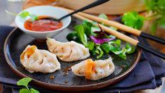 Dumplings kan oversettes til melboller og lages i mange varianter rundt om i verden. I Asia er det populært med dampede dumplings, der deigen lages av enten hvetemel eller rismel. Fyllet varierer mellom kjøtt, sjømat eller vegetar.      Dette er en oppskrift på dampede dumplings med kjøttdeig og kål. Myke munnfuller som passer til lunsj, middag eller som tapas. Som er alternativ til hjemmelaget deig, kan du kjøpe ferdige wontonplater. Tapas, Asian Recipes, Ethnic Recipes, Cheat Meal, Snacks, Dumplings, Potato Salad, Chili, Good Food