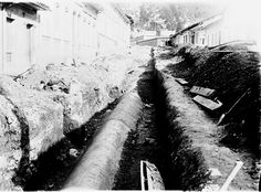 Luis Alberto Acuña, Canalización río San Francisco, 1910.The rivers play key roles in the waste evacuation system in Bogotá. From the first decades of the twentieth century the solution to the bad smell and unpleasant appearance of the rivers was to channel them. This shows the channelization works of the San Francisco River.