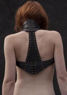 """""""Leather shoulder holster -- I would love to have something like this for fighting as a combination gorge/chest protector. Post Apocalyptic Fashion, Leather Harness, Leather Halter, Fetish Fashion, Leather Projects, Lingerie, Dark Fashion, Leather Design, Leather Working"""
