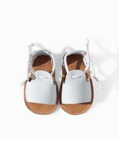Little white baby sandals by Zara Mini Baby Girl Shoes, My Baby Girl, Girls Shoes, Kid Shoes, Girly Girl, Baby Girls, Little Girl Fashion, Fashion Kids, Style Fashion