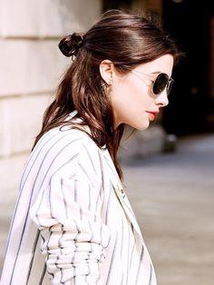 髪の毛を全部アップではなくハーフアップするヘアアレンジは伸ばしかけの髪の毛にもぴったり。その中でもハーフアップお団子ヘアが簡単に出来る上にとってもキュート♡きっと真似したくなるはず!