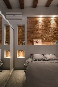 mur-de-rangement-intérieur-blanc-chambre-à-coucher-éclairage-niches-murales-briques-rouges