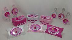 Kit de lembrancinhas para festa, composto por 64 itens, conforme descrito abaixo: <br>16 maletas, confeccionados em papel 180 gramas ; <br>16 caixas pillow, confeccionados em papel 180 gramas; <br>16 tubetes plásticos com tampa transparente na medida de 13cm, <br>16 garrafinhas plasticas de 50ml, <br> <br>Todos os itens são decorados com papel de scrap 180 gramas, opaco e perolado. Os doces não acompanham o produto. <br>Todos os produtos podem ser vendidos separadamente. <br>Pode ser…
