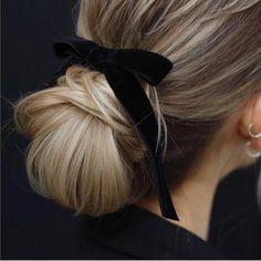 Black velvet ribbon over a chignon Elegant Hairstyles, Pretty Hairstyles, Braided Hairstyles, Hairstyles With Ribbon, 1940s Hairstyles, Hairstyles 2016, Beehive Hairstyles, Asymmetrical Hairstyles, African Hairstyles