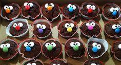 Diese Kindermuffins kommen bei jeder Party gut an, auch bei den großen Kindern :) Muffins mit Gesicht Ihr braucht: Einfach - Backmischung Eurer Wahl Aufwändige - eine helle Backmischung + 2 verschiedene Lebensmittelfarben Zuckerguss fertig nehmen oder herstellen (Puderzucker und Zitronensaft) als Klebemittel Mini Marshmellows für die Augen schwarze Zuckerschrift für die Pupillen oder schwarzen Lebensmittelstift Smarties für die Nasen Alles mit dem Zuckerguss aufkleben und mit der schwarzen…