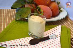 La mousse di cachi è un dolce autunnale molto semplice da realizzare. Questa è una versione totalmente vegetariana.