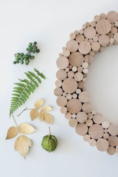 Wooden wreath and pressed leaves Noel Christmas, Christmas Crafts, Wooden Wreaths, Homemade Christmas Decorations, Fall Decor, Holiday Decor, Diy Blog, Diy Weihnachten, Wooden Diy