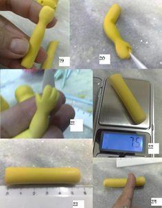 """19) Numa das extremidades do rolinho, role entre os dedos indicadores para formar o pulso.     20)Role o dedo indicador no meio do bracinho e dobre levemente.Achate levemente a mãozinha e corte com esteca ou tesoura um """"V"""" para formar os dedos.     21) marque os 3 dedinhos.     22) Pese dois rolinhos de 7,5 gramas para as pernas.     23) Cada perna tem que ter 5,5 cm de comprimento."""