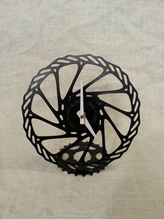 orologio da tavolo con parti di mountain - upcycled bike rotor desk clock