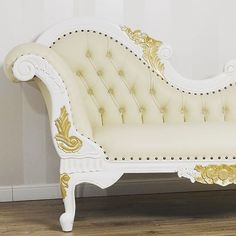 Lo sfarzo maestoso di un arredo champagne e #fogliaoro, qualità e #stile per una #dormeuse da togliere il fiato. ⠀ #simoneguarracino #styletips #luxury #sconti #fashion  #furniture #furnituredesign #glamour #designer #design #interior #interiordesign #chair #sofa ⠀