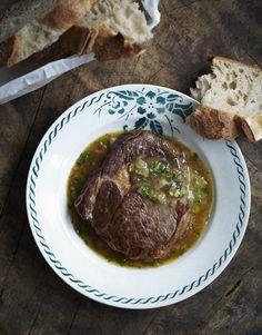 Ribeye steak in de bouillon. Lekker met vers afgebakken brood.