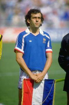 Los 15 mejores futbolistas de todos los tiempos según IFFHS - Terra México~Michel Platini: Es considerado por la FIFA como uno de los mejores jugadores europeos del siglo XX y uno de los grandes mediocampistas de la historia del fútbol. Ganador, entre otros títulos, del campeonato italiano, de la Copa de Campeones de Europa y de la Copa Intercontinental con la Juventus y de la Eurocopa de naciones con Francia, recibió el Balón de Oro por tres años consecutivos entre 1983 y 1985.