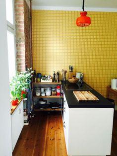Schöne offene Küche mit Holzdielen und senfgelber Wand.  #Einrichtungsidee #Küche #kitchen