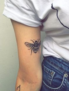 # tatouage d& # bras supérieur # tatouage - # abeille tatouage You are in the right place about diy projects Here we offer you the - Simple Arm Tattoos, Dainty Tattoos, Upper Arm Tattoos, Unique Tattoos, Beautiful Tattoos, Arm Tattoos For Women Upper, Creative Tattoos, Awesome Tattoos, Flower Tattoos