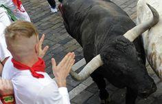Dos estadounidenses y un británico sufrieron heridas por asta de toro, y otras ocho personas resultaron heridas el martes en el primer encierro de las fiestas de San Fermín, en Pamplona, donde miles de corrieron por las calles junto a seis toros bravos.