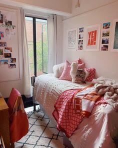 Preppy Dorm Room, Preppy Bedroom, Cozy Dorm Room, College Bedroom Decor, College Room, Cute Dorm Rooms, Room Ideas Bedroom, Dorm Room Themes, Pink Dorm Rooms