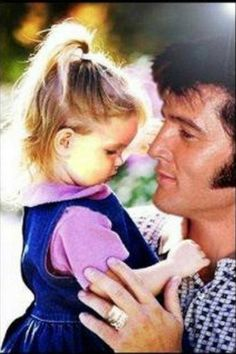 Lisa Marie Presley and Elvis . The Best pic I have seen of Elvis and Lisa Marie. So sweet! Lisa Marie Presley, Priscilla Presley, Elvis Presley Family, Elvis Presley Photos, Musica Elvis Presley, Mississippi, Rock And Roll, Hollywood, Jolie Photo