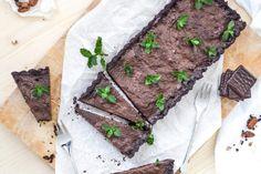 Eine Tarte mit dunkler Schokolade und Minze