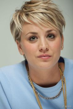 Kaley Cuoco Pixie Cut Behind | Kaley Cuoco al press junket di The Wedding Ringer.