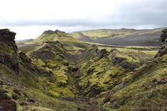 Lakagígar, Islande#À environ 40 km au nord de Kirkjubæjarklaustur, le Lakagígar, chapelet de cratères, long de 25 km, explosa et provoqua, en 1783, le plus grand déversement de lave de l'histoire du pays. Le site n'est accessible qu'en 4x4. Progressivement, on découvre une route de cendre jalonnée de 130 cratères et sillonnée par des cours d'eau.#http://urlz.fr/3hz2#dkfunkhouser.wordpress.com